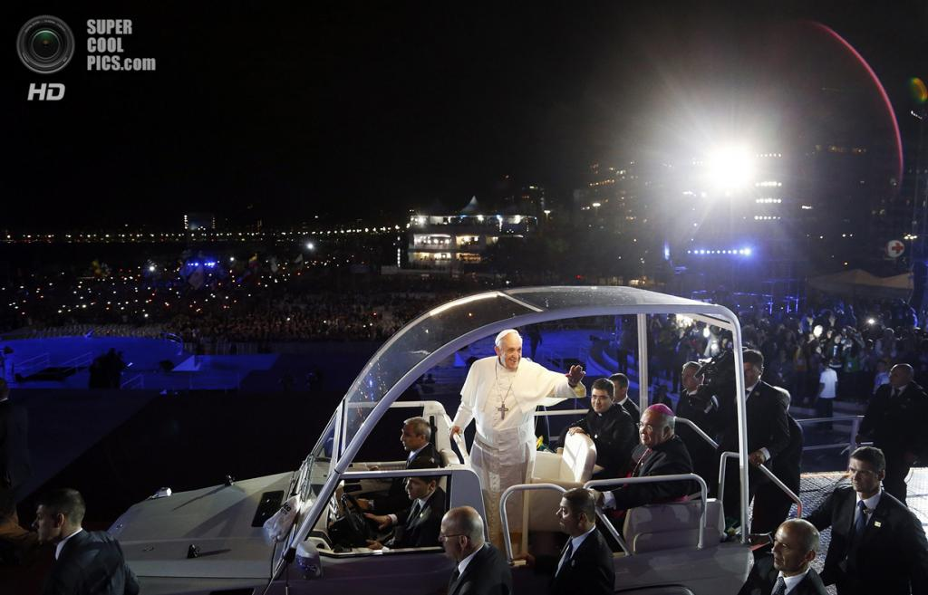 Бразилия. Рио-де-Жанейро. 25 июля. Папа Римский Франциск I на «папамобиле» приветствует паству. (REUTERS/Stefano Rellandini)