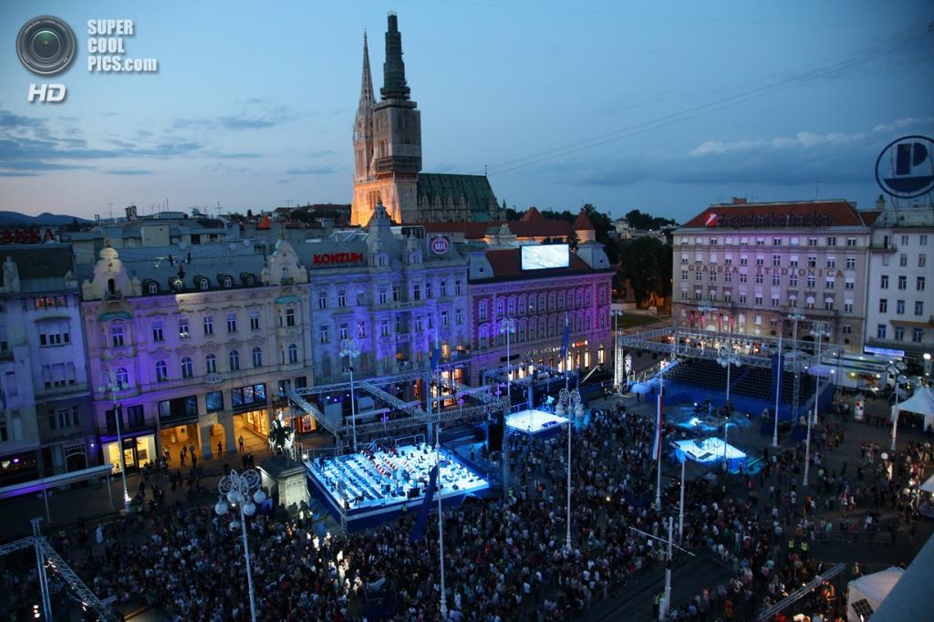 Хорватия. Загреб. 1 июля. Горожане собираются на празднование. (Council of the EU)