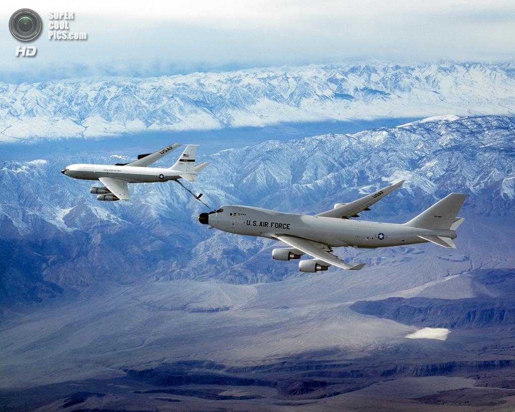 США. Эдвардс, Калифорния. Экспериментальный боевой самолёт Boeing YAL-1 на испытаниях дозаправки. (Boeing)