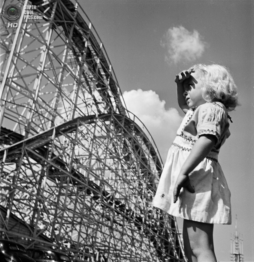 США. Нью-Йорк. 1946 год. Девочка разглядывает американские горки. (V&M/Look/Stanley Kubrick)