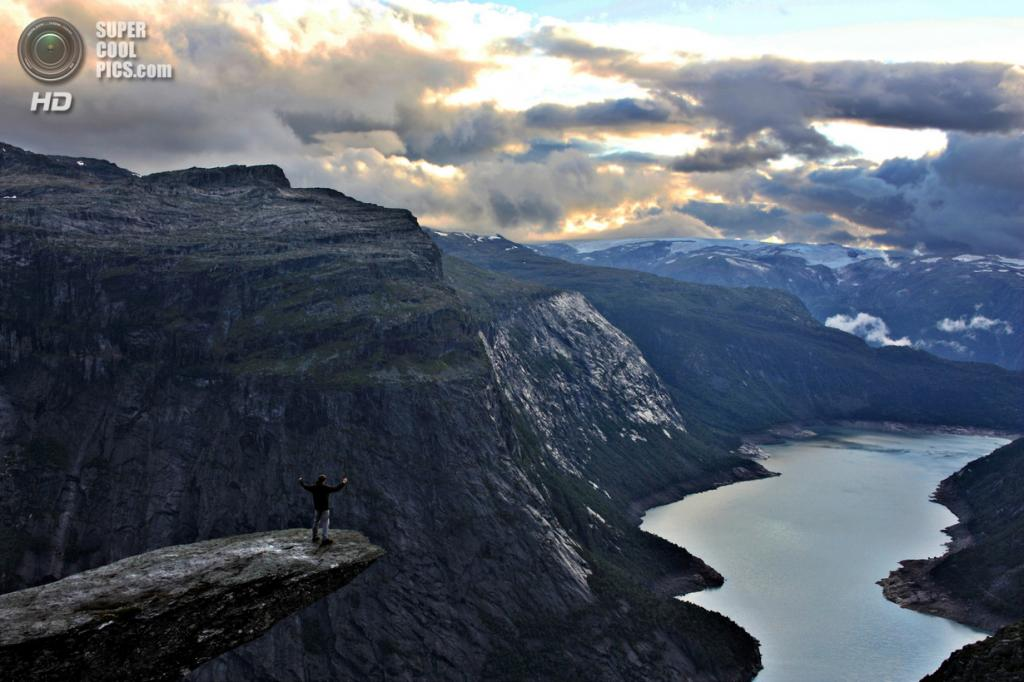 Норвегия. Каменный выступ «Язык Тролля». (Toni Brugués)