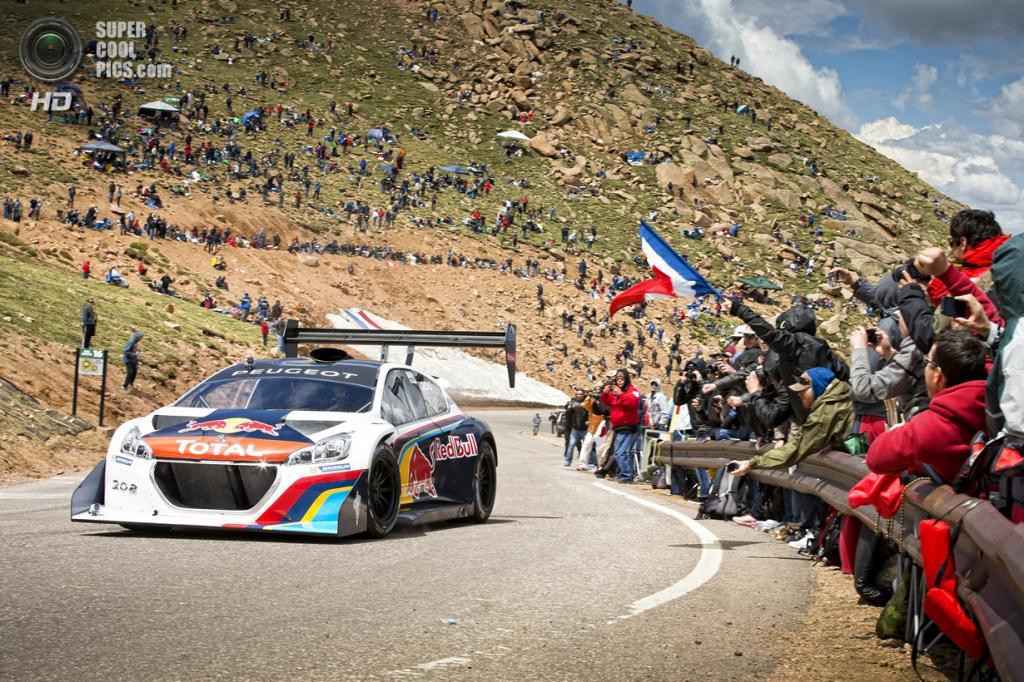 США. Пайкс-Пик, Колорадо. 1 июля. Рекордный заезд Себастьяна Лёба на прототипе Peugeot 208 T16 на соревнованиях Pikes Peak International Hill Climb. (Red Bull)
