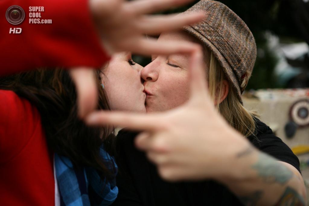 Всемирный день поцелуя. (Desiree Henry)