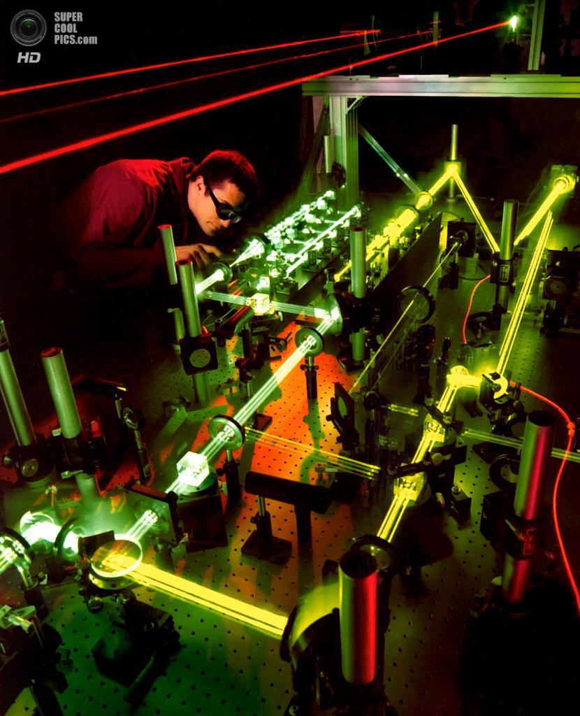 США. Райт-Паттерсон, Огайо. Инженер-оптик исследует взаимодействие нескольких лазеров, которые разрабатывались для системы защиты от баллистических ракет. (Air Force Research Laboratory)