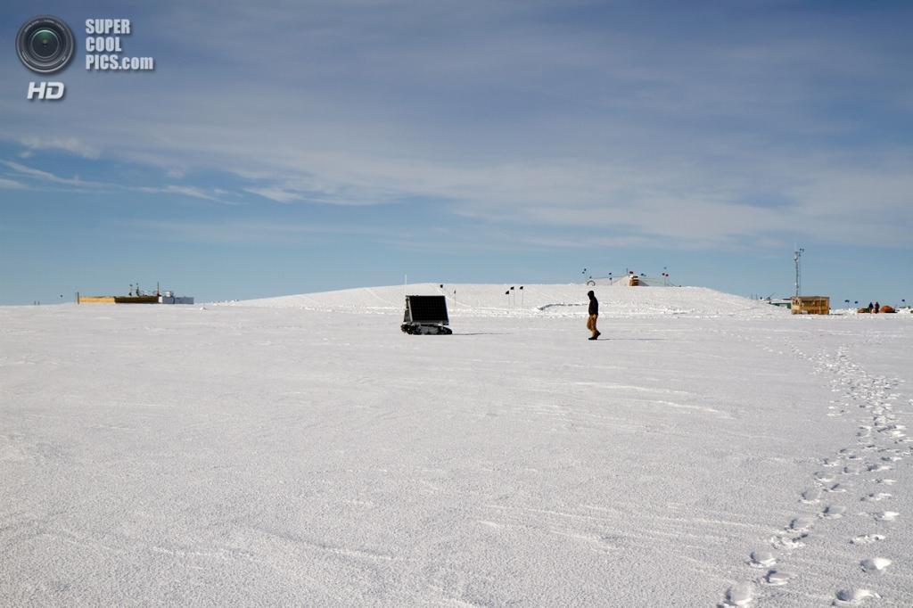 Дания. Гренландия. 3 июня. Аспирант Университета штата Айдахо в Бойсе Марк Робертсон следует по пути полярного ровера GROVER, управляемого из Айдахо его коллегой Гансом-Петером Маршаллом. (NASA Goddard/Matt Radcliff)