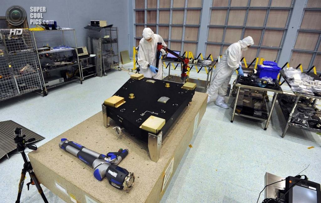США. Гринбелт, Мэриленд. Подрядчики осматривают новоприбывшее оборудование для строительства телескопа «Джеймс Уэбб». (Algerina Perna/Baltimore Sun)