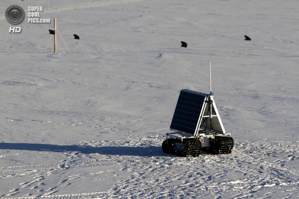 Дания. Гренландия. 31 мая. Полярный ровер GROVER под полуночным солнцем. (NASA Goddard/Matt Radcliff)
