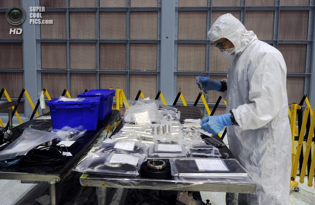 США. Гринбелт, Мэриленд. Подрядчик осматривает новоприбывшее оборудование для строительства телескопа «Джеймс Уэбб». (Algerina Perna/Baltimore Sun)