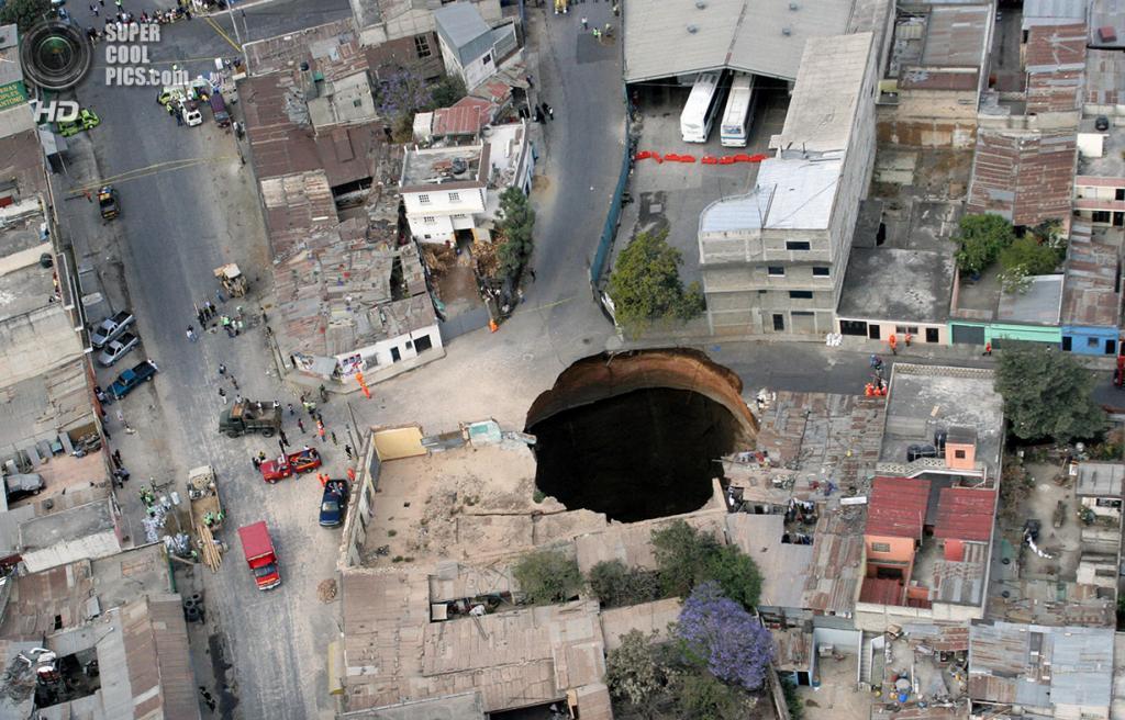 Гватемала. Сан-Антонио. 23 февраля 2007 года. Карстовая воронка, образованная коллапсом канализации. Погибли три человека. (ORLANDO SIERRA/AFP/Getty Images)