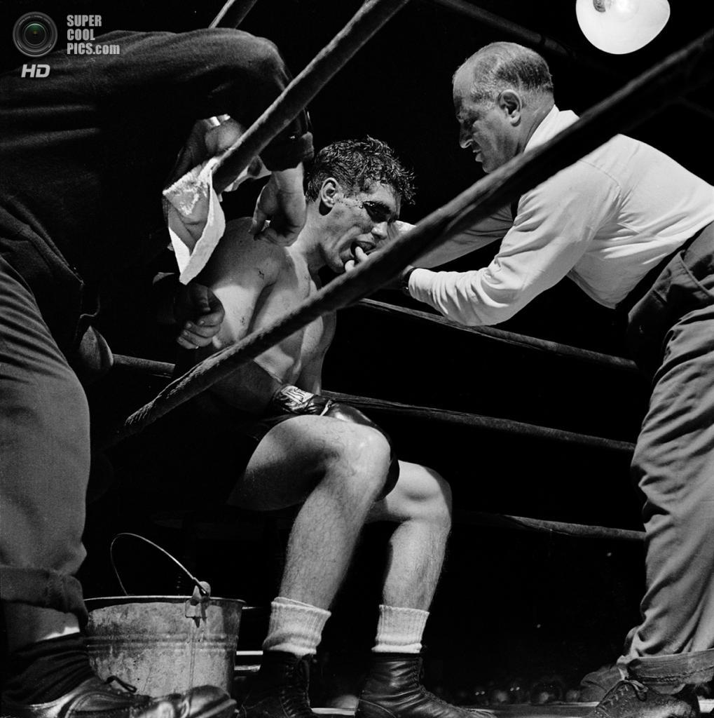 США. Нью-Йорк. 1948 год. Боксер Уолтер Картье получает указания от секундантов. Этот бой стал основой первого фильма Стэнли Кубрика «День схватки». (V&M/Look/Stanley Kubrick)