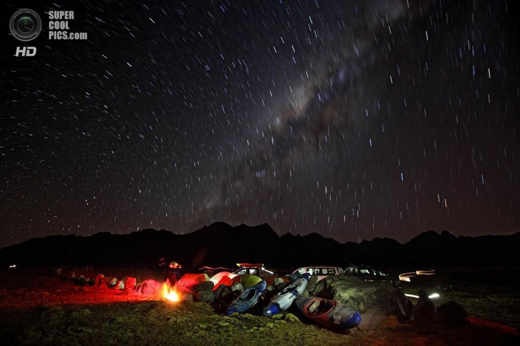 Перу. Альпамарка, Паско. 17 августа 2012 года. Млечный Путь освещает ночной привал. (Erich Schlegel/ZUMA Press)