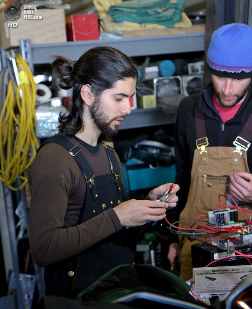 Дания. Гренландия. 1 июня. Аспиранты Университета штата Айдахо в Бойсе Габриэль Триска (слева) и Марк Робертсон производят ремонт разъемов электропривода GROVER. (NASA Goddard/Matt Radcliff)