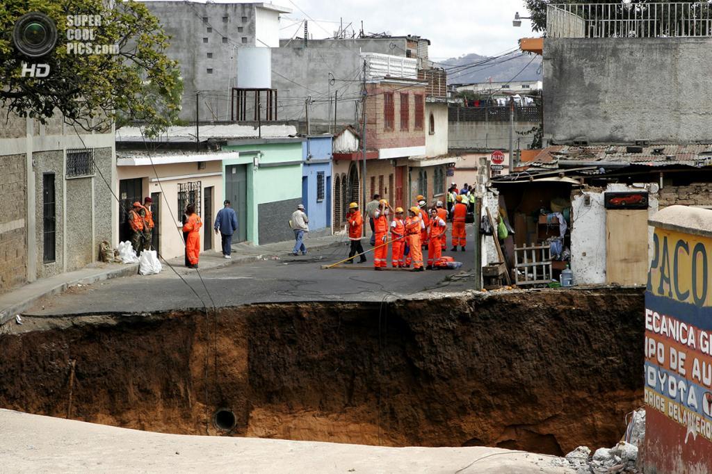 Гватемала. Сан-Антонио. 23 февраля 2007 года. Карстовая воронка, образованная коллапсом канализации. (AP Photo/Moises Castillo)