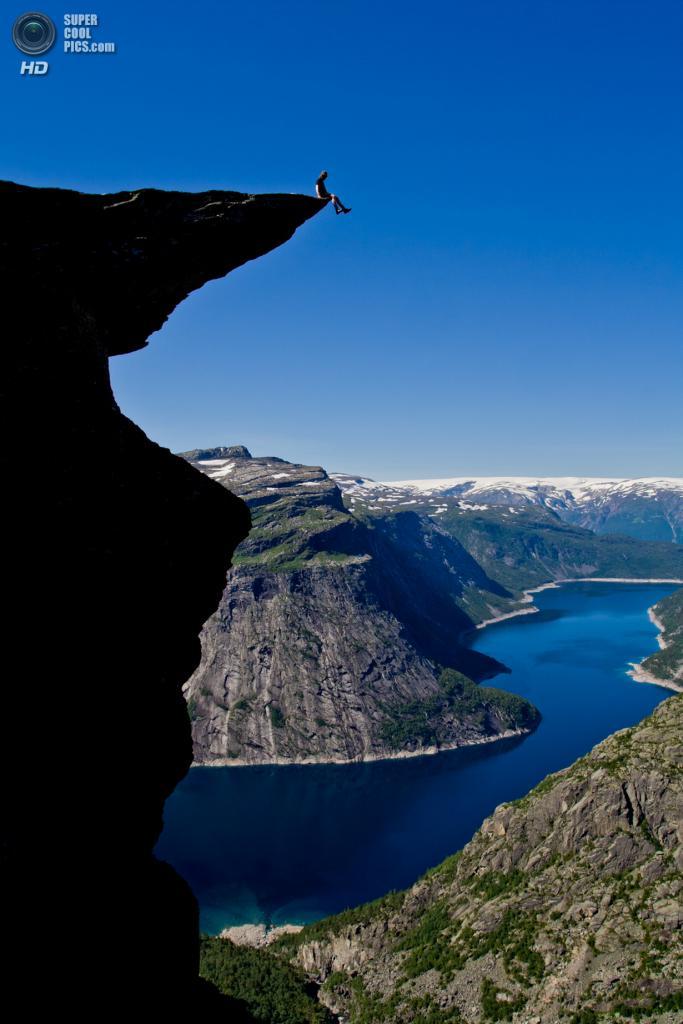 Норвегия. Каменный выступ «Язык Тролля». (Dag Endre Opedal)