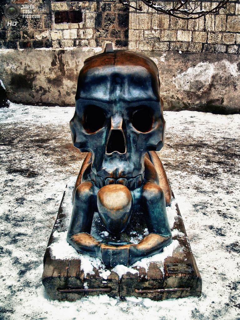 Чехия. Прага. Скульптура Ярослава Роны «Притча со скелетом» в Пражском Граде. (Paul Stewart)