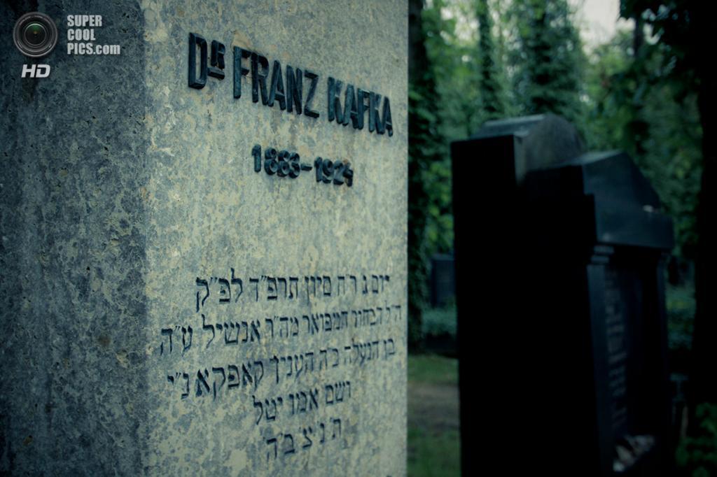 Чехия. Прага. Могила Франца Кафки на Новом еврейском кладбище. (Benny)