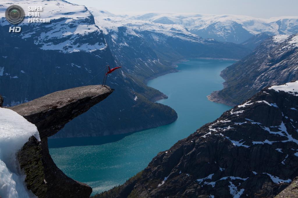 Норвегия. Акробат Эскил Роннингсбаккен выполняет трюки на каменном выступе «Языке Тролля». (Dag Endre Opedal)