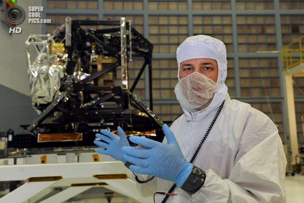 США. Гринбелт, Мэриленд. Ведущий инженер-механик Джейсон Хилан и Комплексный научный приборный модуль (ISIM) телескопа «Джеймс Уэбб». (Algerina Perna/Baltimore Sun)