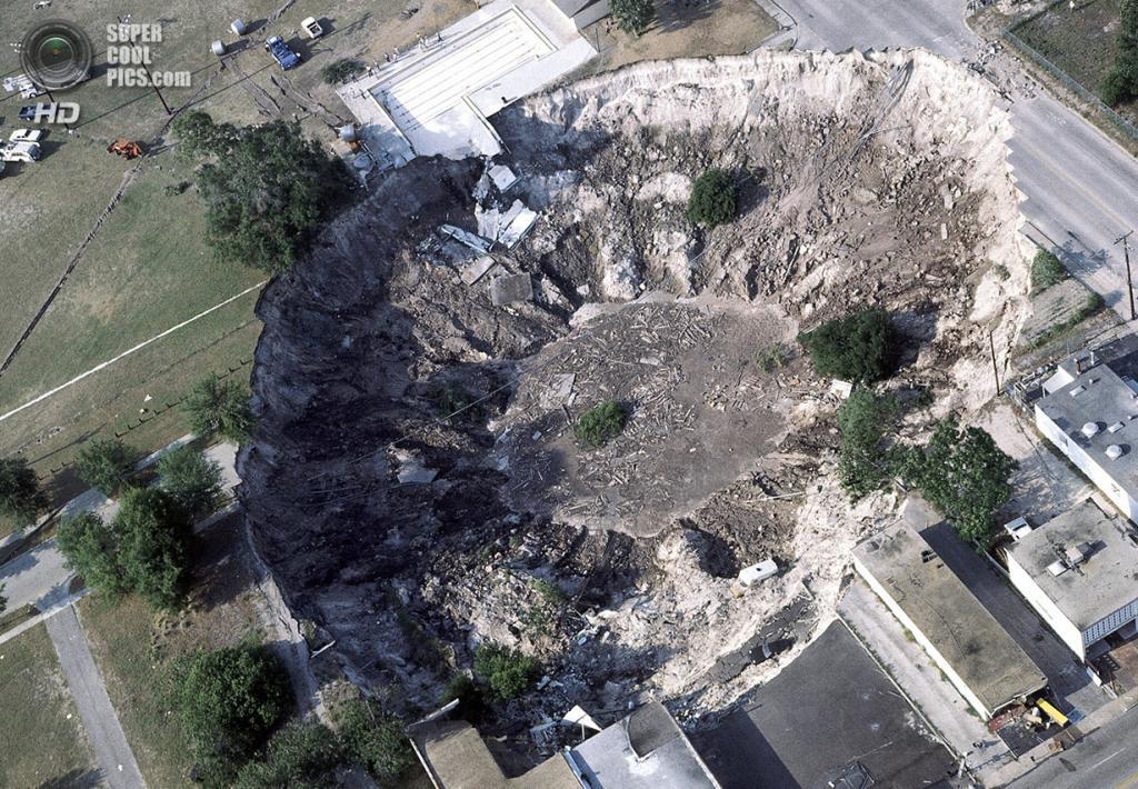 США. Уинтер-Парк, Флорида. 11 мая 1981 года. Гигантская карстовая воронка, похоронившая дом, несколько спортивных автомобилей и бассейн. (AP Photo)