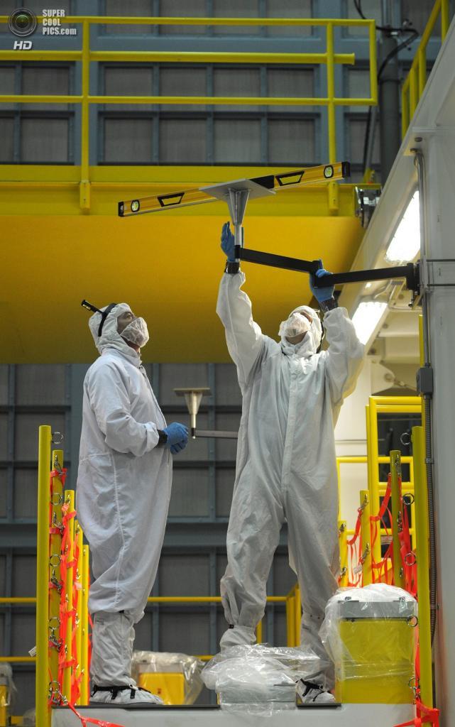 США. Гринбелт, Мэриленд. Рабочие подготавливают секцию Окружающей оптической сборойной стойки (AOAS) телескопа «Джеймс Уэбб» — огромной стальной конструкции для интеграции лётных зеркал. (Algerina Perna/Baltimore Sun)