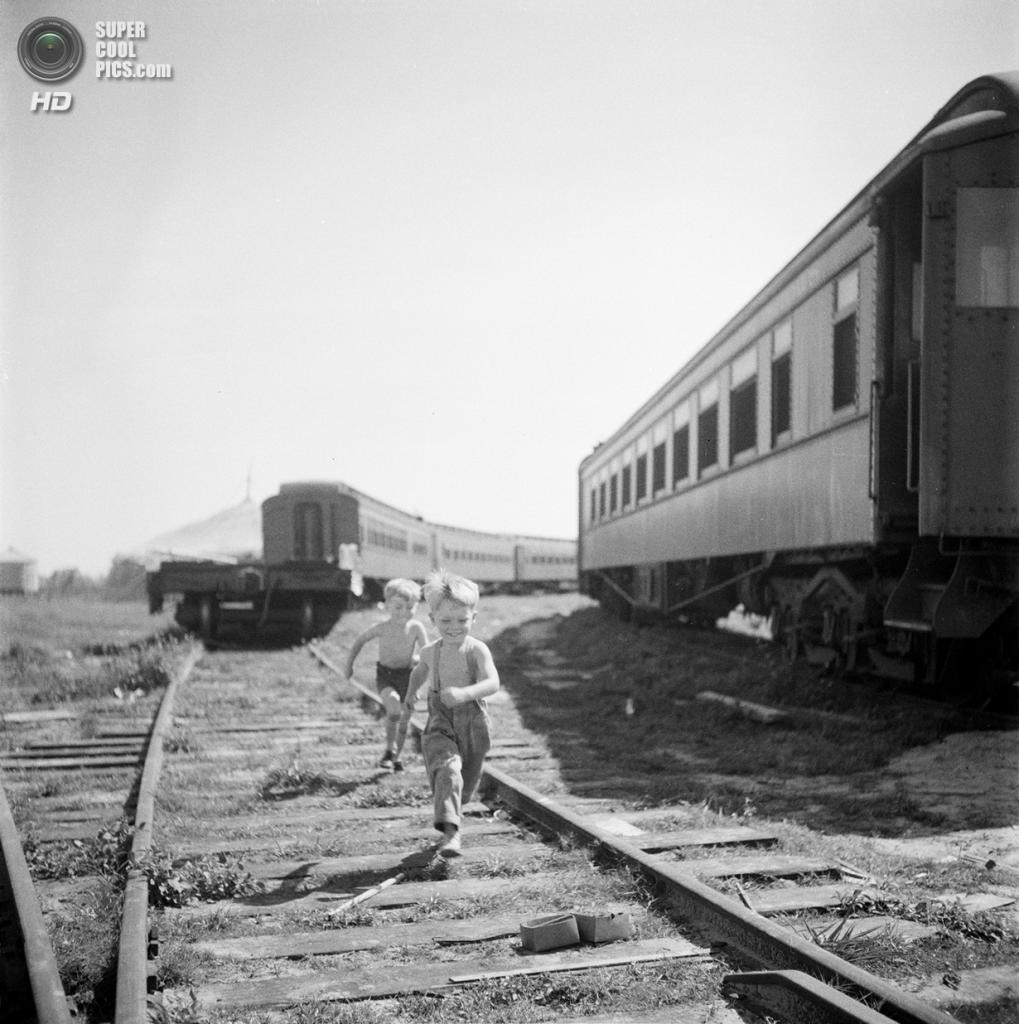 США. Нью-Йорк. 1948 год. Мальчуганы бегут на цирковое представление. (V&M/Look/Stanley Kubrick)