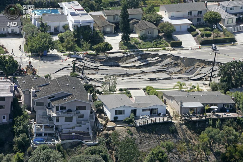 США. Сан-Диего, Калифорния. 4 октября 2007 года. Четыре дома получили повреждения в результате образования карстовой воронки на холме. (AP Photo/Chris Park)