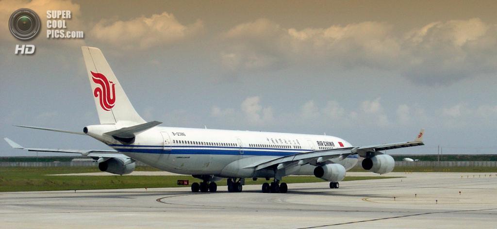 Китай. Шанхай. Airbus A340 авиакомпании Air China на взлётно-посадочной полосе международного аэропорта «Пудун». (Follash)