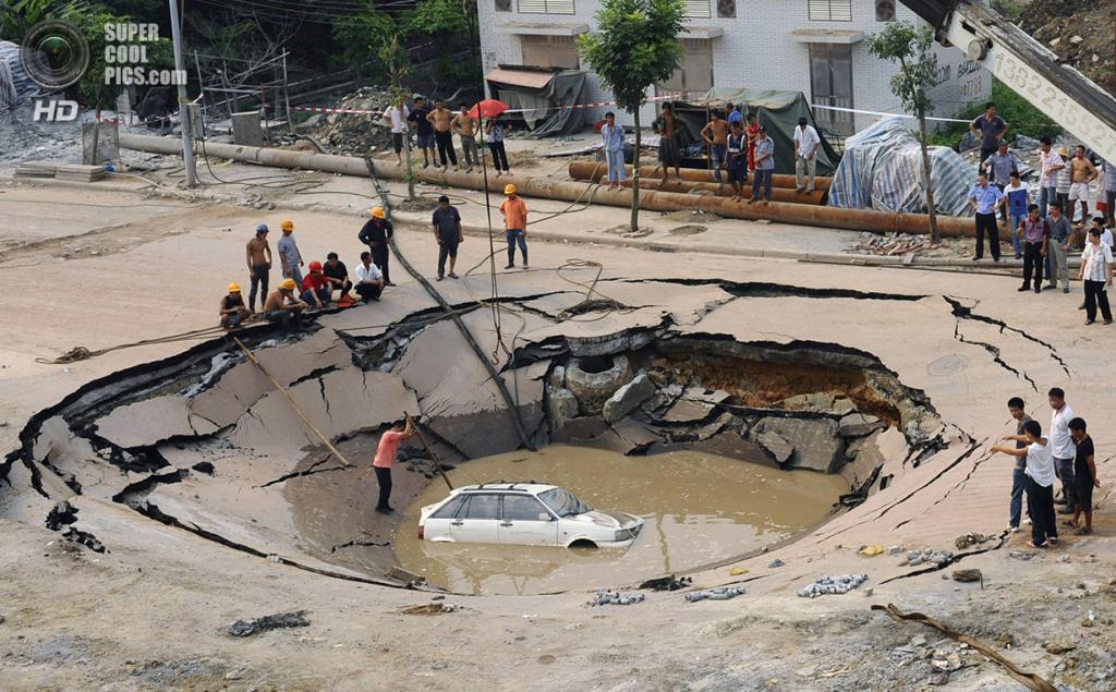 Китай. Гуанчжоу, Гуандун. 7 сентября 2008 года. Автомобиль в карстовой воронке. (REUTERS/China Daily)