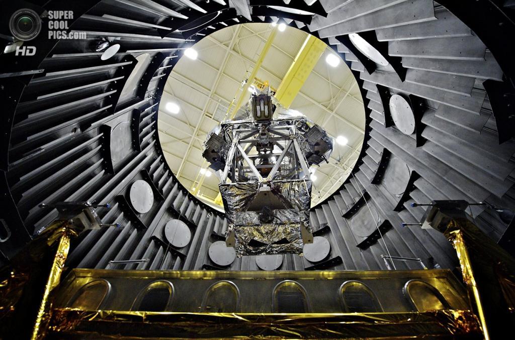 США. Гринбелт, Мэриленд. Кран опускает Симулятор оптического элемента телескопа (OTES) в вакуумную камеру для криогенных испытаний. (NASA Goddard/Chris Gunn)