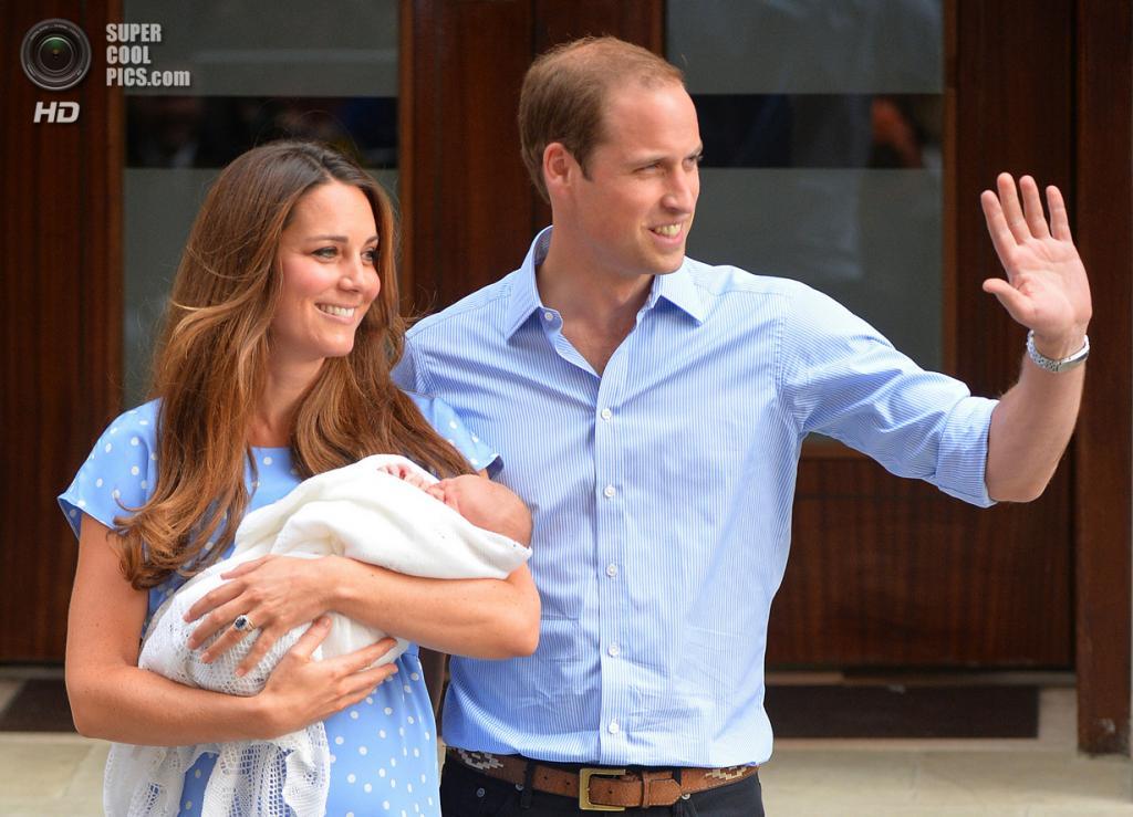 Великобритания. Лондон. 23 июля. Принц Уильям и герцогиня Кембриджская вместе с новорожденным сыном позируют фотографам у больницы Святой Марии. (Leon Neal/AFP/Getty Images)