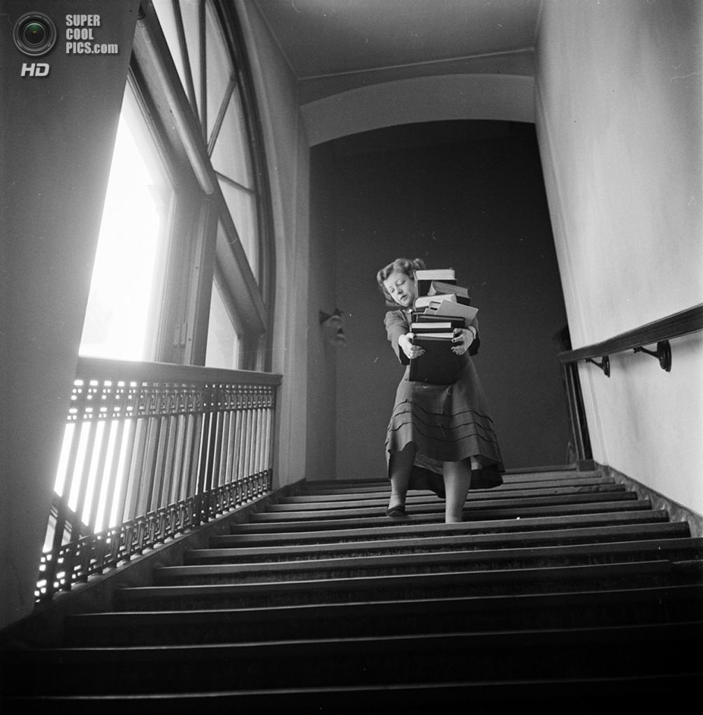 США. Нью-Йорк. 1948 год. Студентка с книгами спускается по лестнице Колумбийского университета города Нью-Йорка. (V&M/Look/Stanley Kubrick)