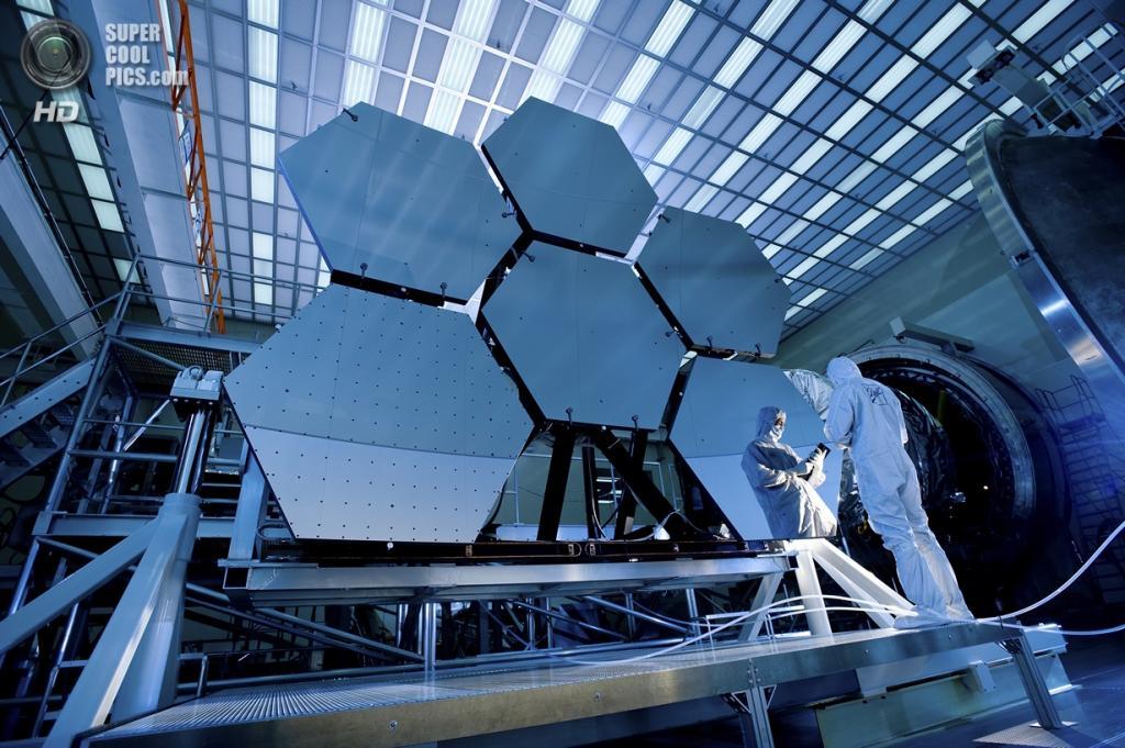 США. Хантсвилл, Алабама. Джейк Льюис из компании Ball Aerospace и его отражение в зеркалах телескопа «Джеймс Уэбб». (NASA/MSFC/David Higginbotham/Emmett Given)