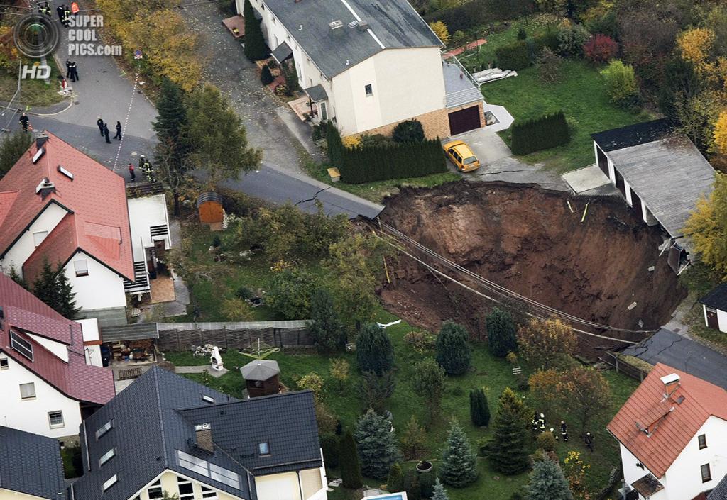 Германия. Шмалькальден, Тюрингия. 1 ноября 2010 года. Карстовая воронка, едва не поглотившая дома. (REUTERS/Alex Domanski)