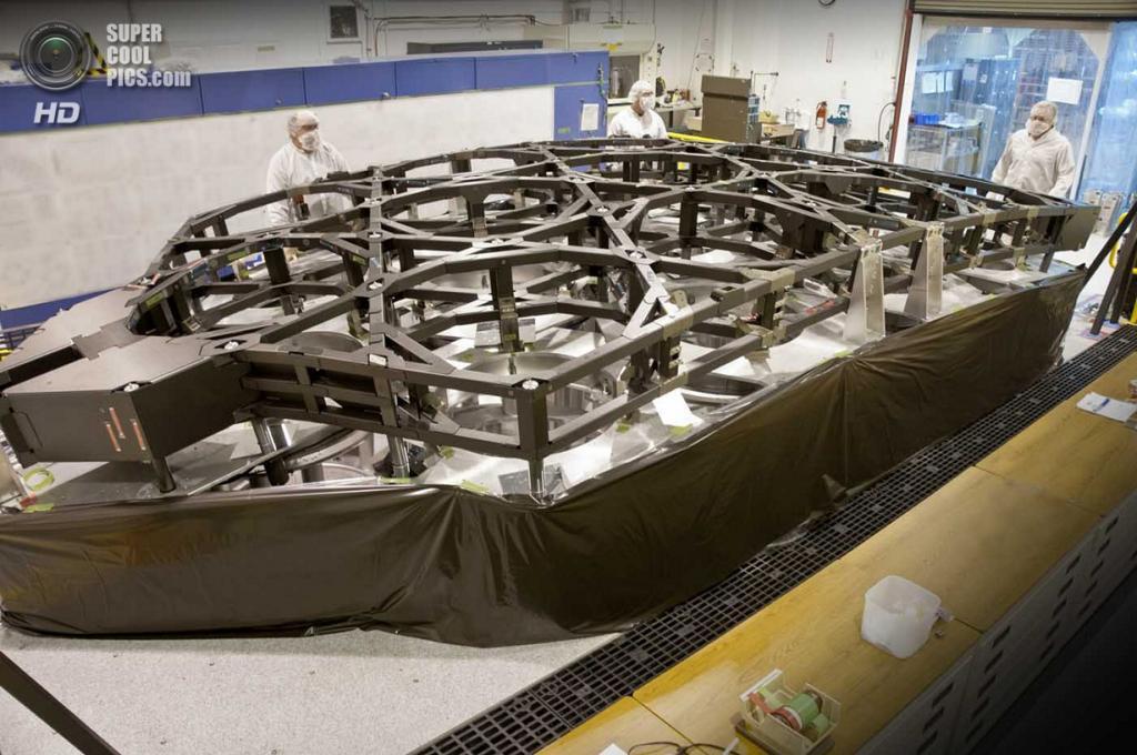 США. Балтимор, Мэриленд. Инженеры Alliant Techsystems работают над конструкцией, которая будет удерживать сегменты зеркал телескопа «Джеймс Уэбб». (Alliant Techsystems)