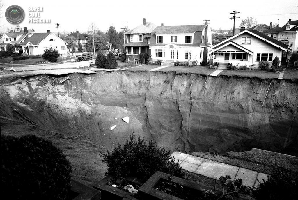 США. Сиэтл, Вашингтон. 11 ноября 1957 года. Огромная карстовая воронка, образовавшаяся на пересечении бульвара Равенна и 16-й авеню. На устранение последствий ушло два года. Сейчас на этом месте не осталось и следов провала. (Seattle Municipal Archives)