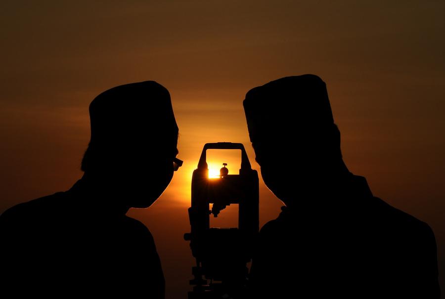 Индонезия. Гресик, Восточная Ява. 7 августа. Индонезийские мусульмане-астрономы наблюдают за молодой луной, чтобы объявить об окончании Рамадана. (Robertus Pudyanto/Getty Images)