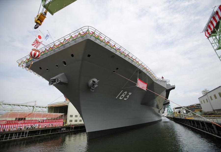 Япония. Йокогама, Канагава. 6 августа. Морские силы самообороны Японии презентуют первый эскадренный миноносец-вертолётоносец типа «Идзумо» DDH183 — самый большой корабль японского военно-морского флота со времён Второй мировой войны. (REUTERS/Toru Hanai)