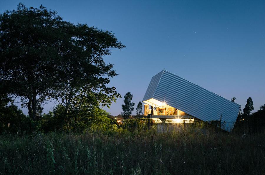 Парагвай. Асунсьон. Частный дом Caja Obscura, спроектированный Javier Corvalán + Laboratorio de Arquitectura. (Pedro Kok)