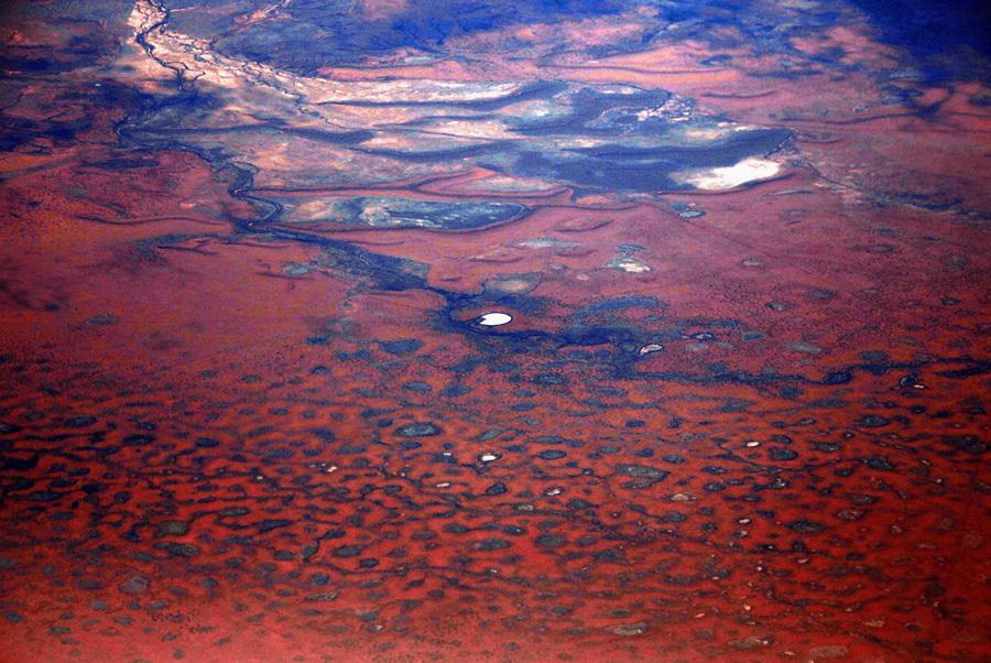 Австралия. Северная территория. 15 июля. Небольшое озеро среди песчаных дюн пустыни Танами. (REUTERS/David Gray)