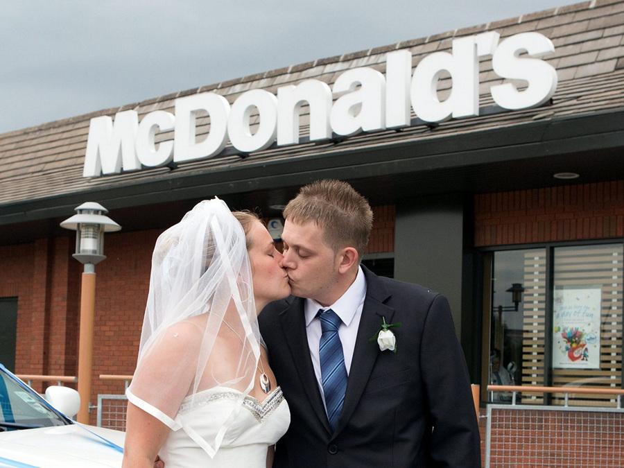 Свадьба в McDonald's (15 фото)