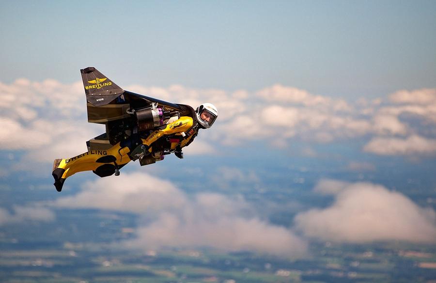 США. Ошкош, Висконсин. 29 июля. Первый испытательный полёт Ива «Джетмена» Росси на территории США. (Mike Shore/Courtesy of Breitling)
