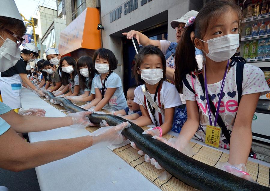 Японцы накрутили 120-метровый ролл (4 фото)