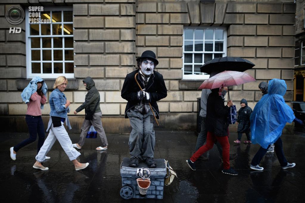 Великобритания. Эдинбург, Шотландия. 29 июля. На Эдинбургском Фриндже. (Jeff J. Mitchell/Getty Images)