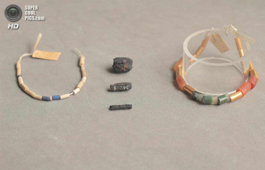 Великобритания. Лондон. 21 августа. Древнеегипетские украшения возрастом 5 000 лет, сделанные из обломков метеорита. (UCL Petrie Museum/Rob Eagle)