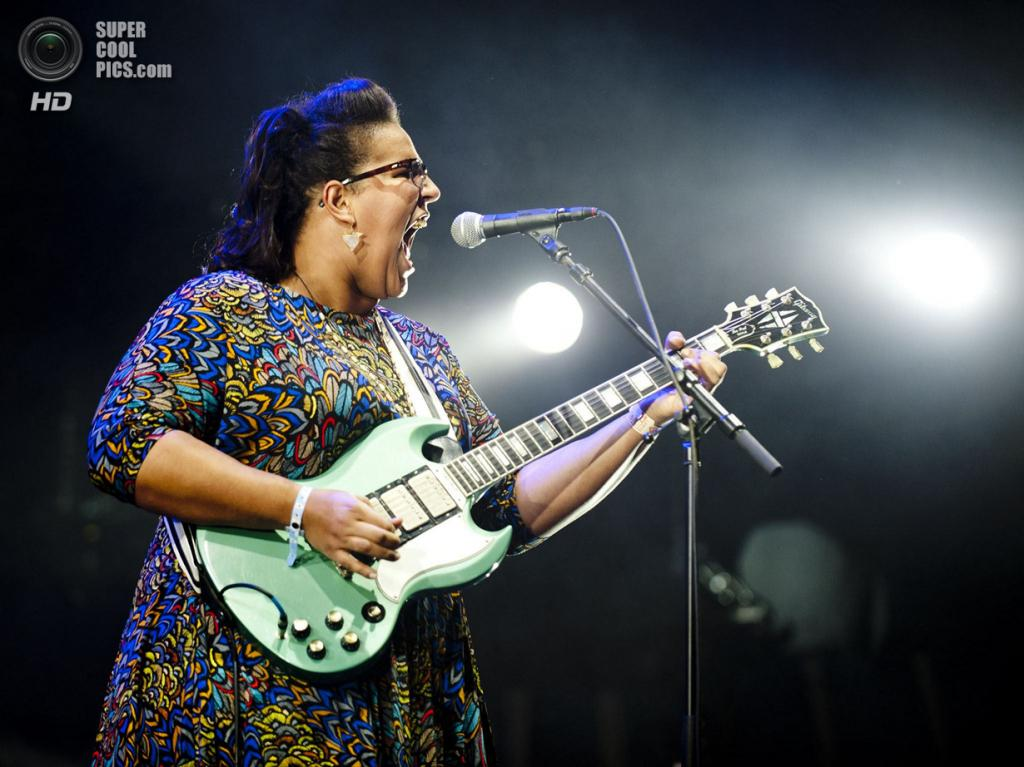 Нидерланды. Биддингхёйзен, Флеволанд. 18 августа. Вокалистка-гитаристка американской рок-группы Alabama Shakes Бриттани Ховард. (NRC/Andreas Terlaak)