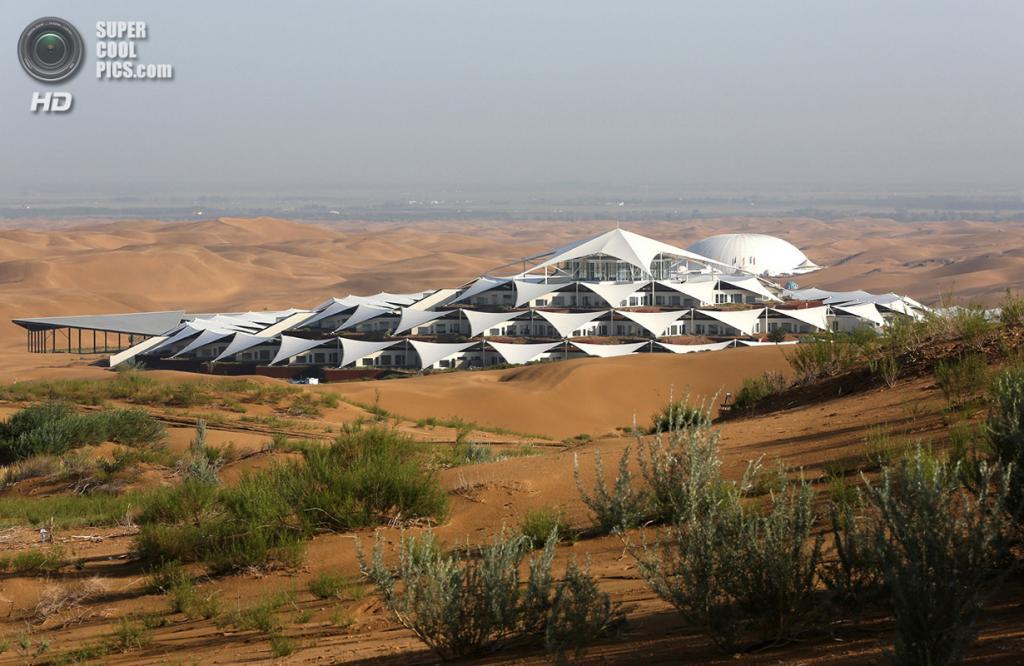 Китай. Ордос, Внутренняя Монголия. 19 июля. Вид на гостиницу Desert Lotus Hotel  в курортной зоне Сяншавань, которая расположена среди песчаных дюн пустыни Му-Ус. (Feng Li/Getty Images)