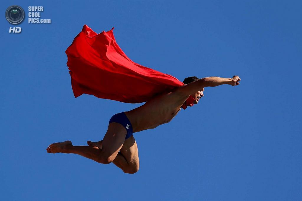 Испания. Барселона, Каталония. Михал Навратил из Чехии во время выставочного прыжка в воду на Чемпионате мира по водным видам спорта 2013 года. (Clive Rose/Getty Images)