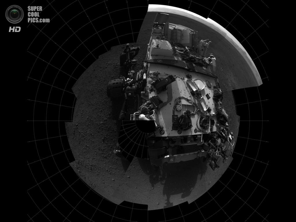Марс. 7 августа 2012 года. Первый автопортрет «Кьюриосити», сделанный на Красной планете в стиле «птичьего глаза». (NASA/JPL-Caltech)
