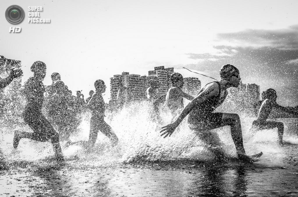 Первое место: Бразильский акватлон. «Я был в  Манаусе, штат Амазонас, во время чемпионата Бразилии по акватлону. Я фотографировал соревнования из воды и мои линзы полностью промокли, однако у этих парней было так много энергии, что я ни о чём не беспокоился». (Wagner Araujo/National Geographic Traveler Photo Contest)