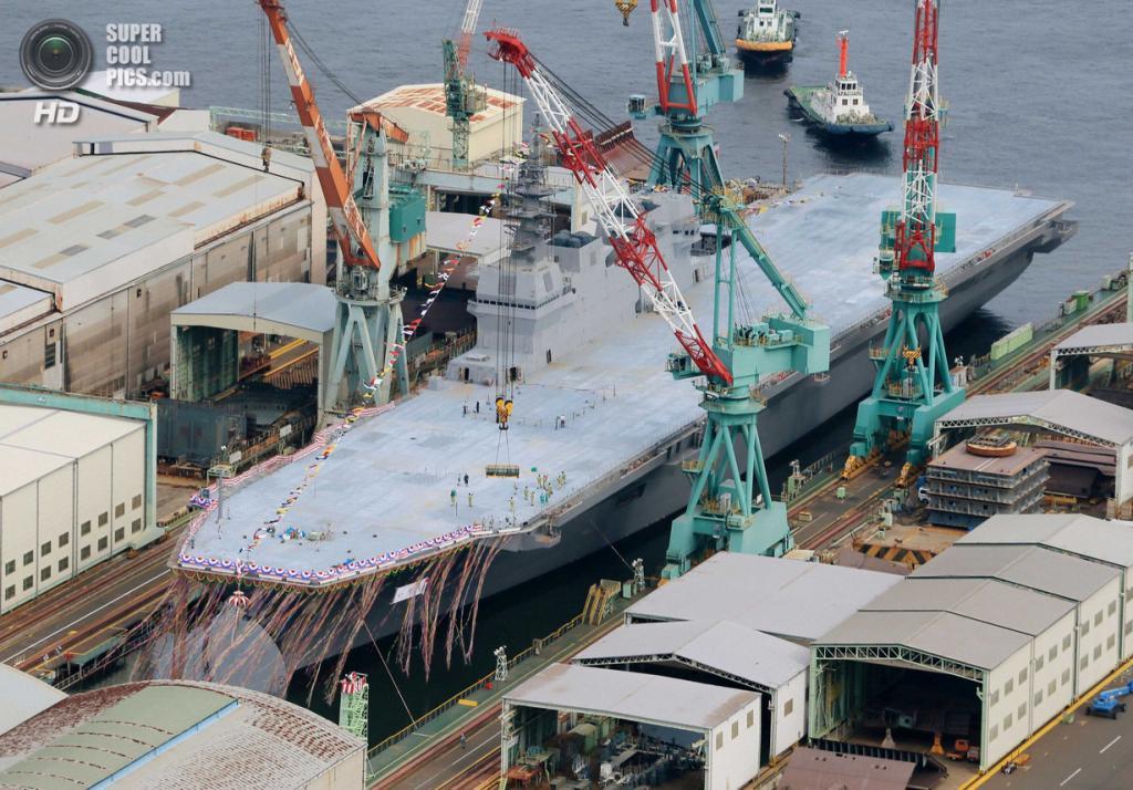 Япония. Йокогама, Канагава. 6 августа. Морские силы самообороны Японии презентуют первый эскадренный миноносец-вертолётоносец типа «Идзумо» DDH183 — самый большой корабль японского военно-морского флота со времён Второй мировой войны. (REUTERS/Kyodo)